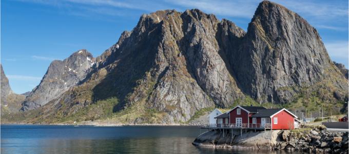 Rorbru Hut and Lilandstinden